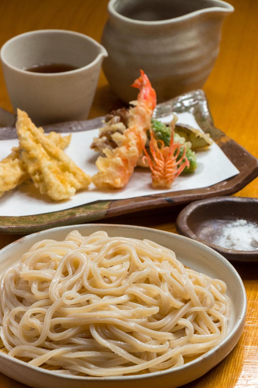 生きた状態で揚げるサイマキエビなどが付く天ざる2640円。鰹本節や真昆布など出汁の風味も◎。