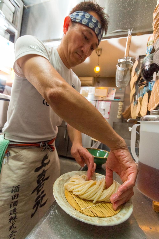 丁寧に1本ずつ麺に触れて茹で具合を確かめ、美しく盛る。
