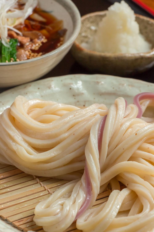 糧うどん  冷もり836円。紅芋を使った麺の紅白で、かつてハレの日に食べた武蔵野のうどんを表現。