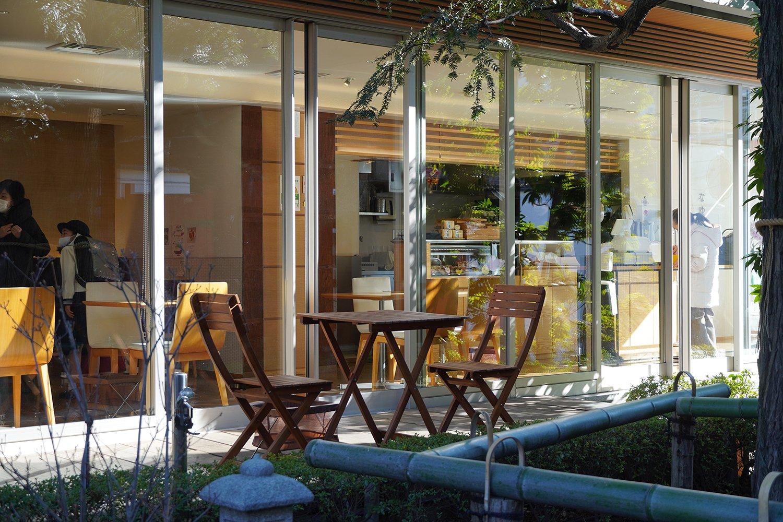 緑豊かな庭園があり、オープンテラスもある。