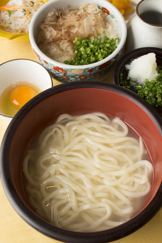 ランチの釜あげうどん定食たまごかけご飯セット900円。