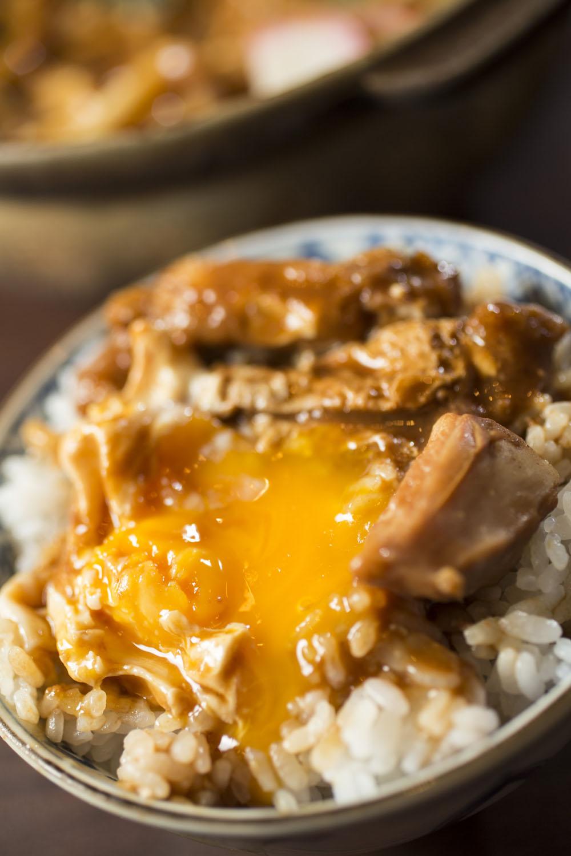 うどんの下に沈めておいた卵と残りの汁をご飯にかければ卵かけご飯に。ご飯は夜のみ+200円。