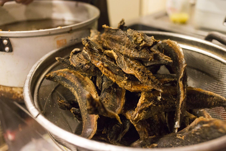 節は水に浸して皮とカビを取り除き、数日かけて乾かしてから、出汁をとる。