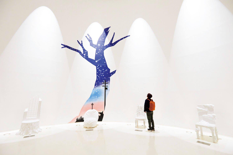 賢治作品をイメージしたイスが並ぶ白い空間、ファンタジックホール。