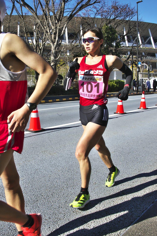 女子日本代表・岡田久美子選手。競歩は腕を大きく振る勢いで骨盤ごと足を出し、着地した足は膝を曲げない。クネクネ見える独特の歩き方はそのため。上腕が鍛えられた体形も競歩選手の特徴だ。