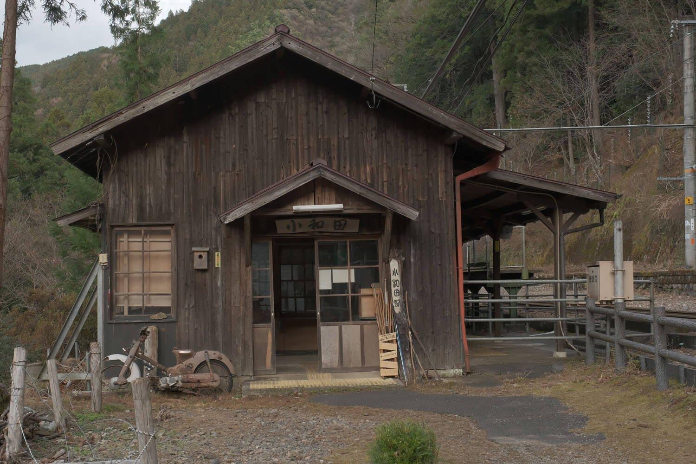小和田駅の木造駅舎。傍らにスーパーカブが朽ちていた。