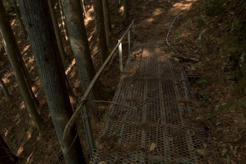 小道を進むと現れる小さくて貧弱な橋。渡るのに勇気がいる。