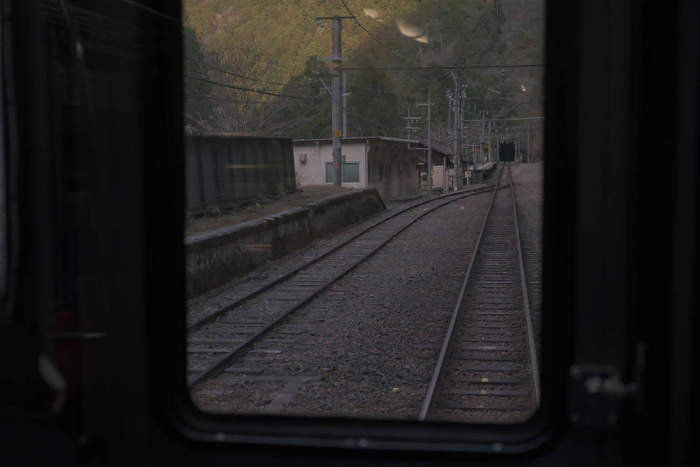帰りの電車から。左の側線は貨物ホーム跡。小和田駅前はかつては商店もあり、そこそこ賑わっていたという。