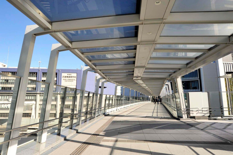 旧芝離宮恩賜庭園前と竹芝ふ頭を結ぶ歩行者デッキ。浜松町駅まで結ばれると全長500mになる。