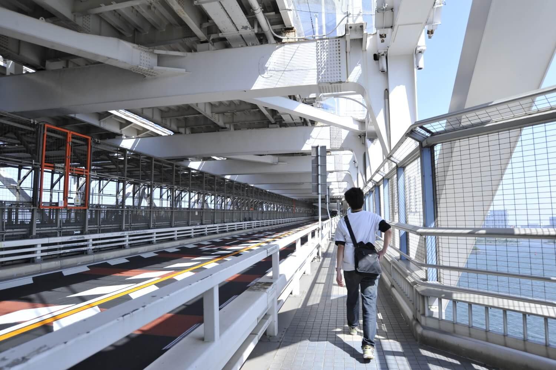 すぐ横は一般道、中央部は新交通システムゆりかもめ、上層には首都高速道路が走る。