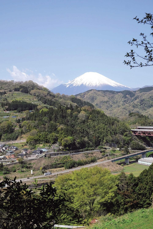 嵐集落から登山道に入ると、まもなく左手に富士山が見えてくる。右は東名高速道路の陸橋。
