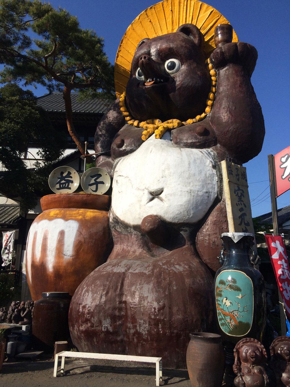 益子焼窯元共販センター入り口の巨大タヌキ。陶器市の時などは待ち合わせ場所として賑わう(2015年)