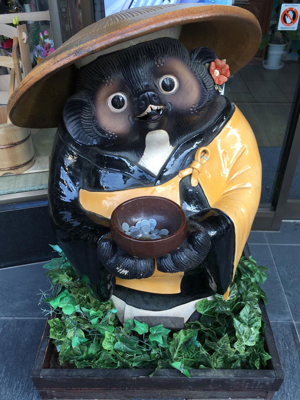川越の仏具屋にいる托鉢タヌキ。結構小銭が入っている(2019年)