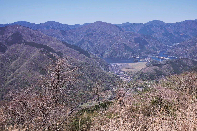 山頂の北側には丹沢湖と西丹沢の峰々が見える。