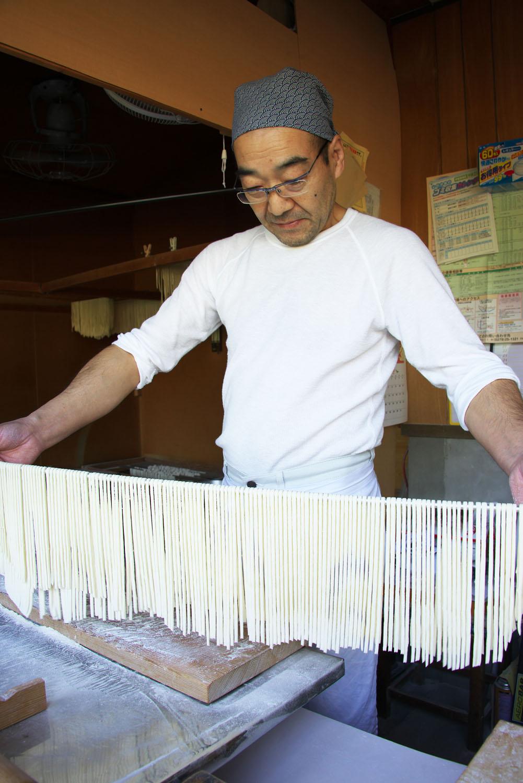 一度に打って茹でる量は2、3人前。このまま干して乾麺も販売。