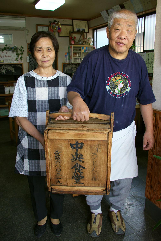 50年以上うどんを打つご主人と奥さん。おかもちも年代物。