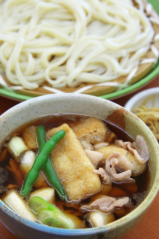 開運肉汁うどん780円。地元では来客時にうどんを打ち、自宅の鶏の肉や野菜を入れた温かい汁と共に出す習慣があったとか。