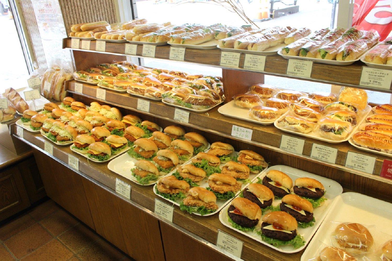 ずらり並んだパンを眺めるのは、ベーカリー巡りの喜び。