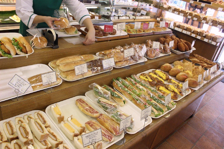 焼きたてパンが次々と並べられていく!