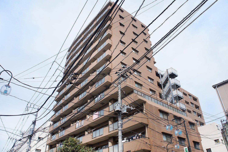 「藤和シティホームズ巣鴨STATIONVIEW」は、細長い帯状部分の建物と奥の建物が合わさっためずらしい形。