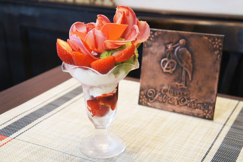 いちごとピスタチオのパフェ1850円。「いちごとピスタチオは、フランスの春から初夏の定番」とあさみさん。