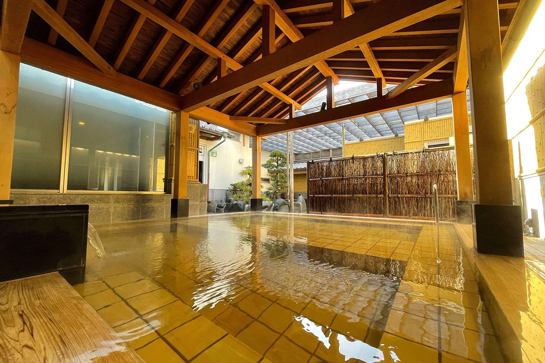 無色透明の湯が浴槽に注がれ空気に触れると琥珀色に変わる。写真は女性用露天風呂の「桜王の湯」。