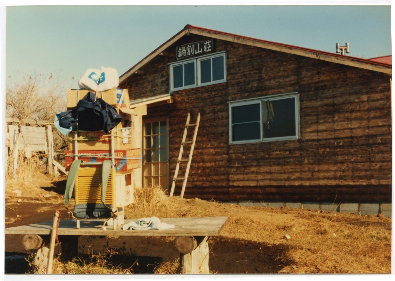 増改築作業中の『鍋割山荘』。すべての資材は、草野さんが自分の背中で担ぎ上げたものだ。(写真提供=草野延孝さん)