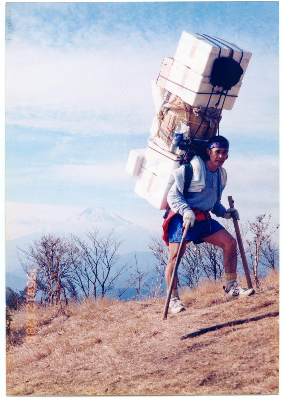 1995年、2斗樽酒と正月用食材の合計108㎏を記録。(写真提供=草野延孝さん)