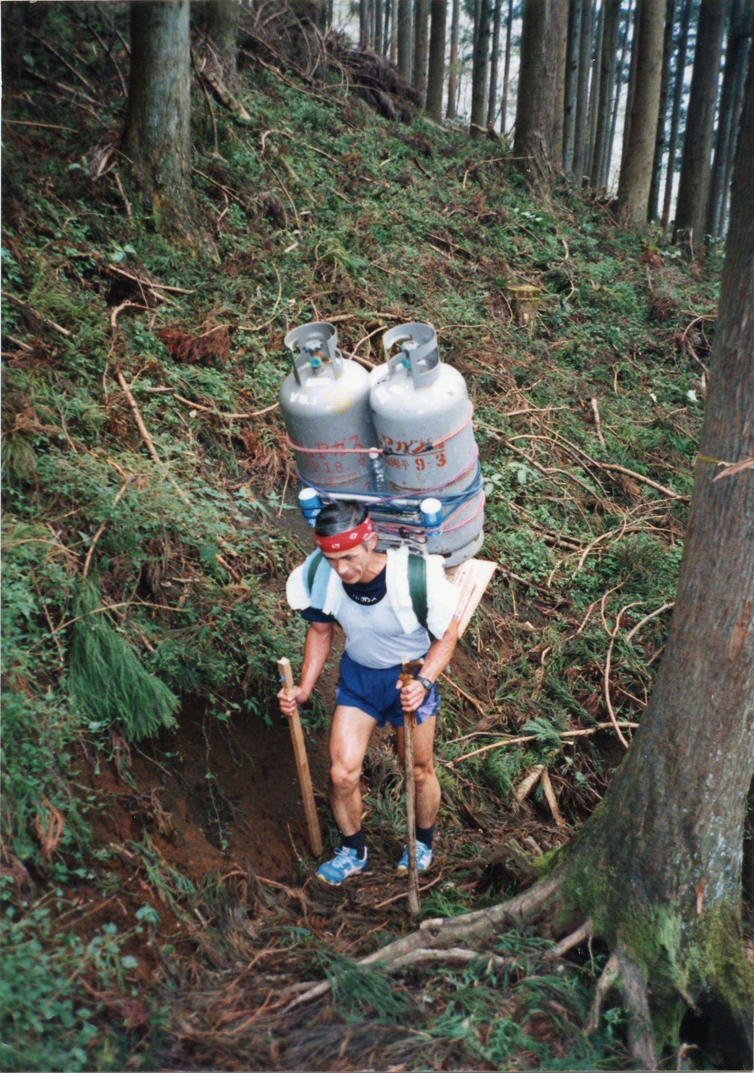 1995年、40㎏のプロパンガス2本に500㎖ビール缶と350㎖ビール缶の2ケース、合計109㎏の荷揚げを記録。(写真提供=草野延孝さん)