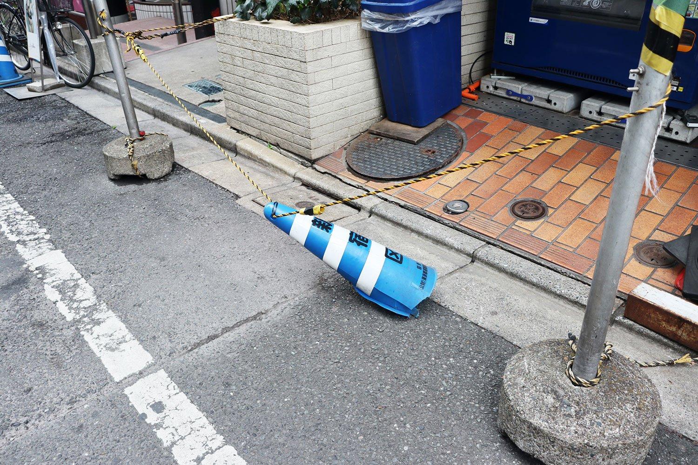 歌舞伎町にて、満身創痍のパイロン。ダウン寸前のボクサーのようだ。