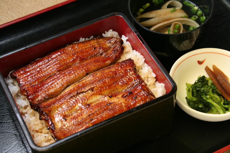 うな重「梅」3500円は肝吸い、 漬物付き。