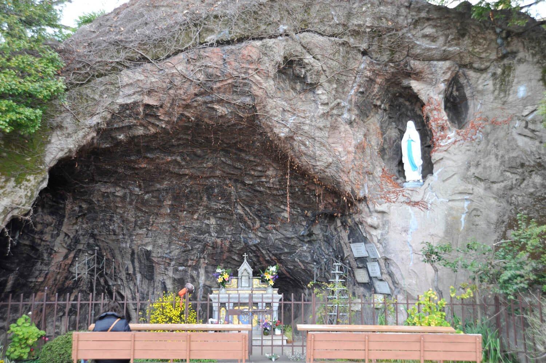 聖母マリアと少女との出会いを表現したルルドの洞窟。