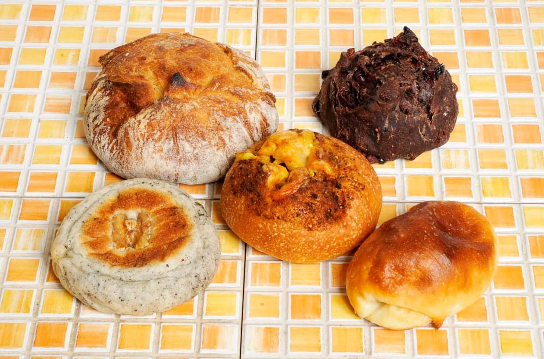 一番人気は塩パン140円(右下)。キーマカレーが入ったあぶくりのカレーパン280円(中央)もおすすめ。