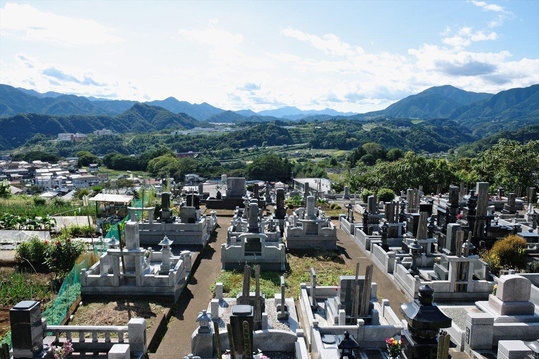 根本山登山口から少し行くと墓地。ここからの展望もいい。地元ハイカーの情報で行ってみた。