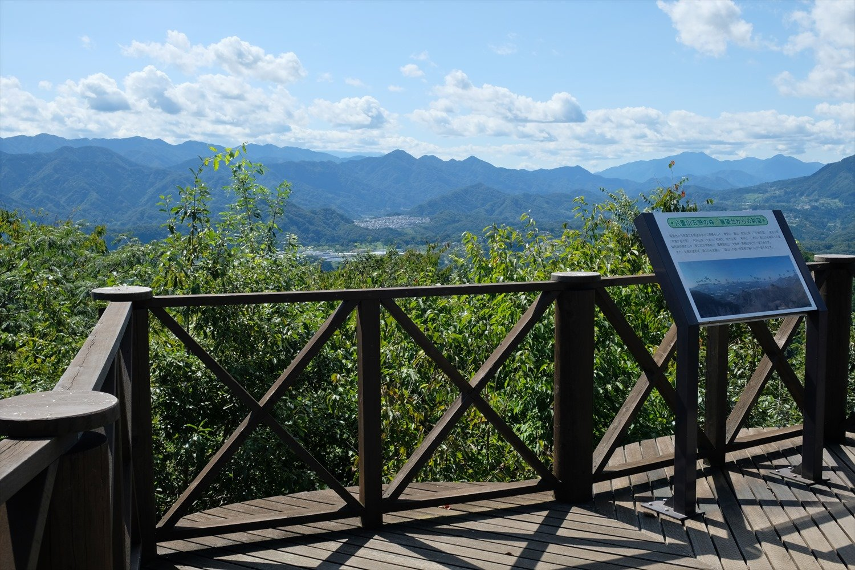 八重山の展望台からの眺め。御坂山塊、丹沢、道志の山々の展望が抜群。