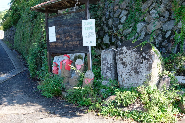 「新井二丁目」バス停から霊園方向に行くと、道の分岐に地蔵や石仏がいくつも並んでいた。