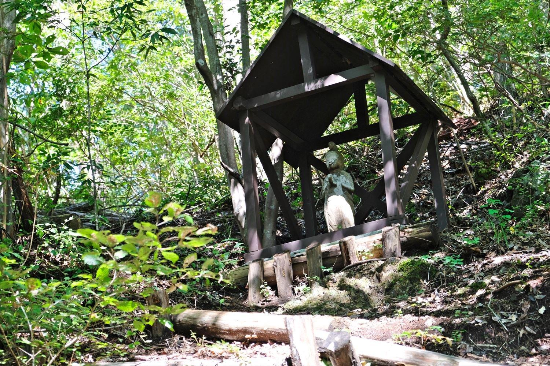 虎丸山の先、「山風呂」バス停からの道と合流する。まもなく屋根付きの馬頭観音あり。