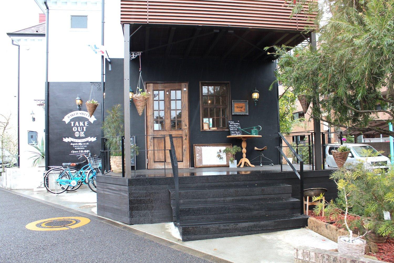 一軒家を改装したカフェ。
