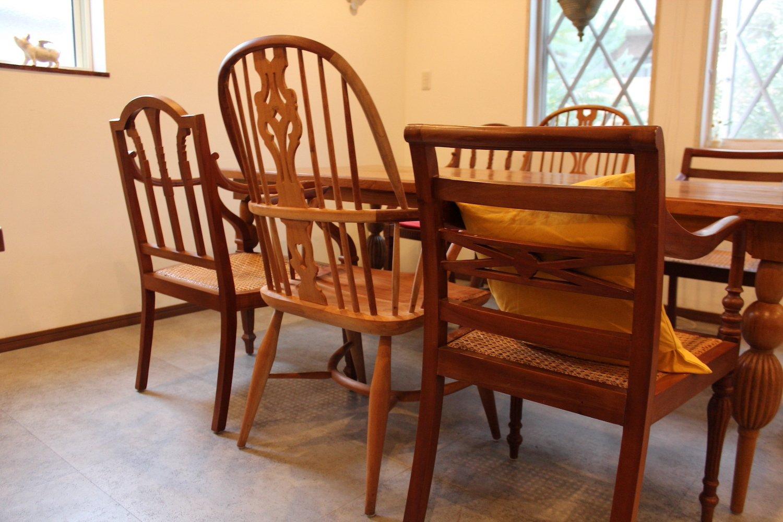 インドネシアの職人が製作した椅子。細かい彫りが見事。