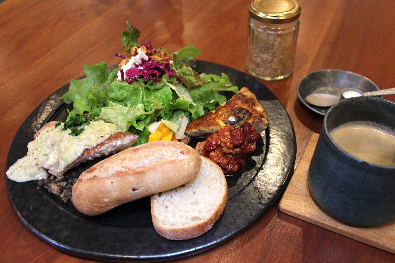 季節のPLATE1100円、赤魚のワイン蒸しレンズ豆添え。
