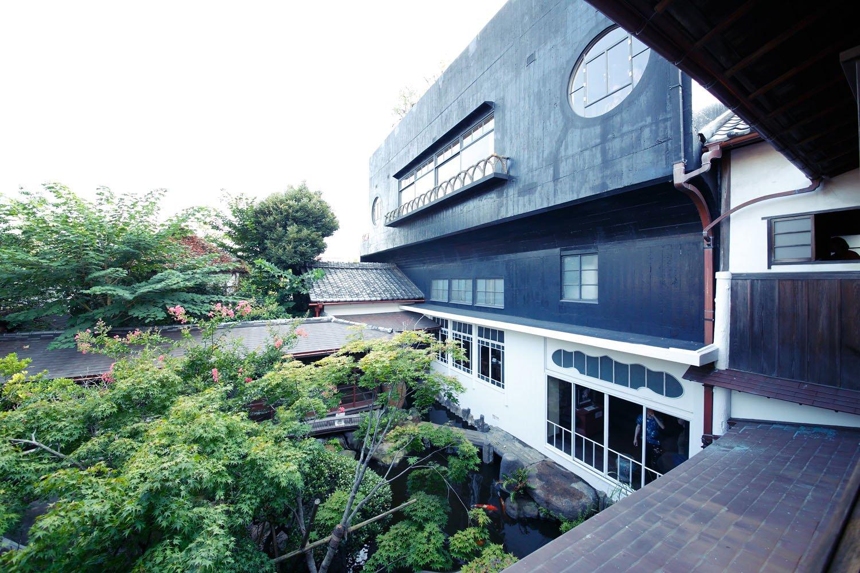 「素心の間」からの眺め。ツートンカラーのコンクリート建築は建物自体が作品のよう。