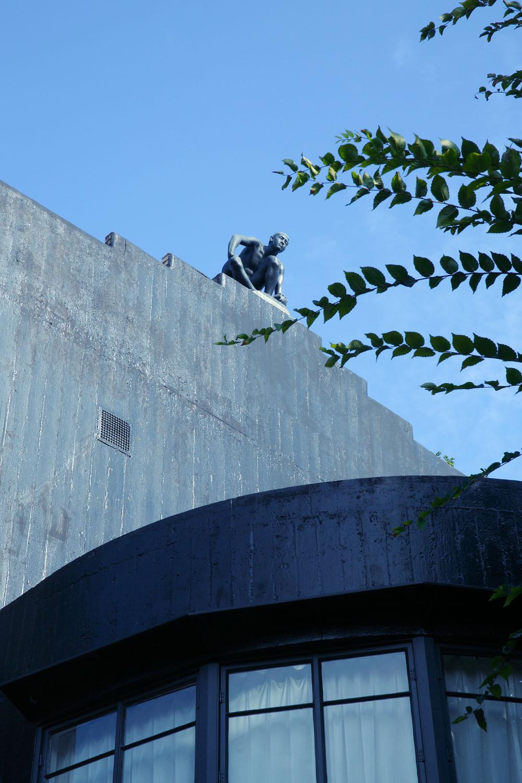 屋上にも「砲丸」などの作品が。