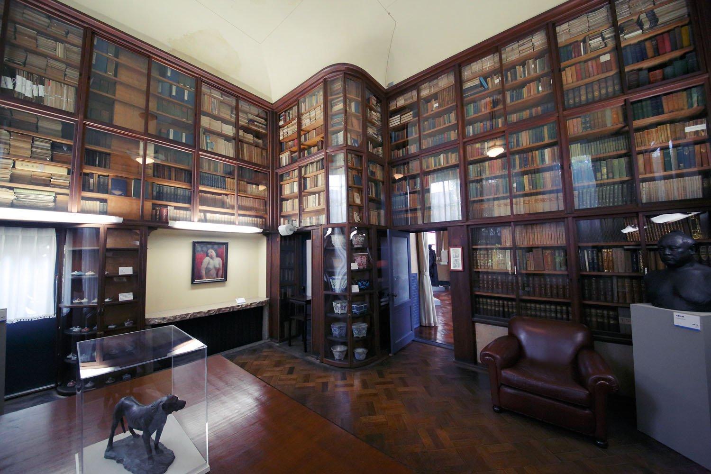 蔵書が並ぶ書斎。