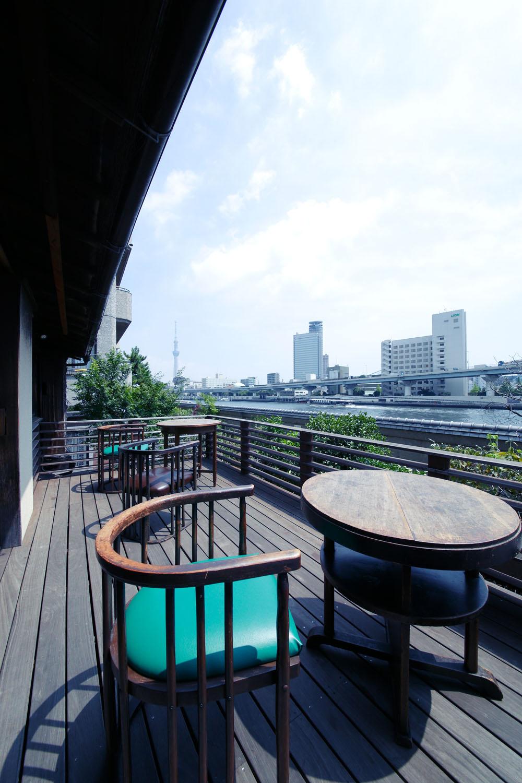 カフェのテラス席から、隅田川と東京スカイツリ ーが見える。