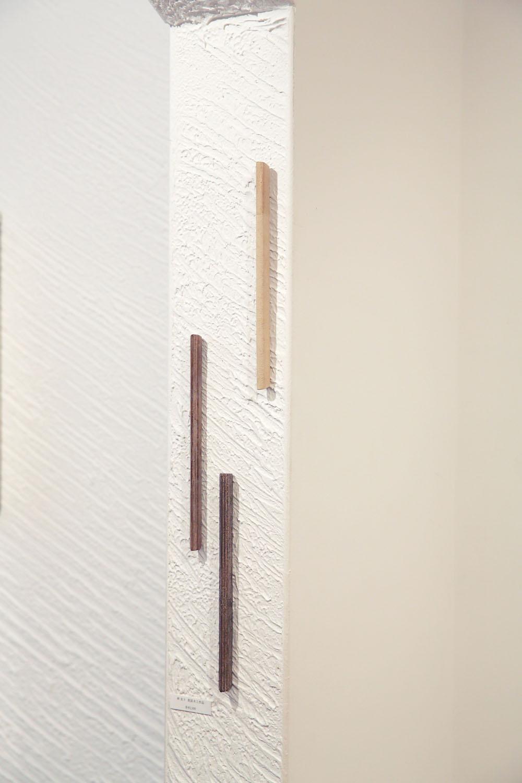 林友子さんの棒オブジェ。木と土を素材に独自の手法で制作 。