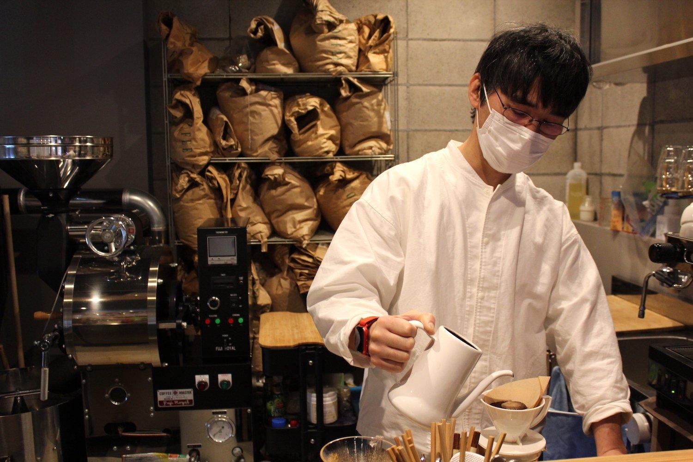 店主の脇田さん。後ろには焙煎機が。