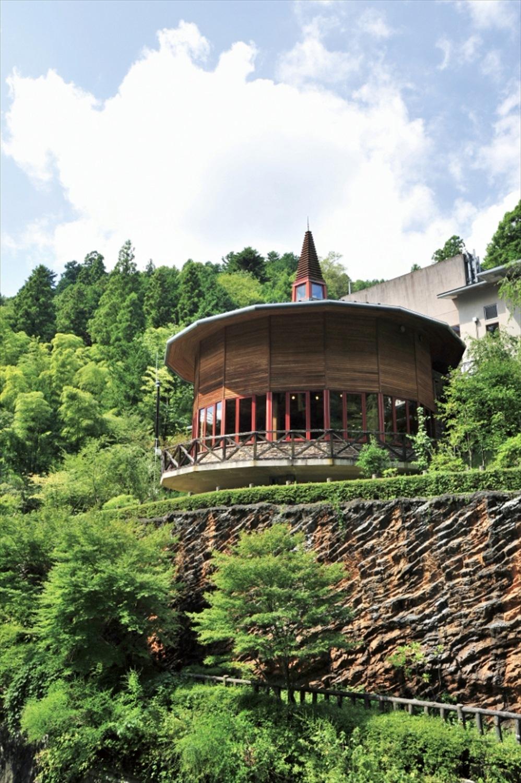 円形の建物はパノラマ展望レストラン。レストランのみの利用もできる。