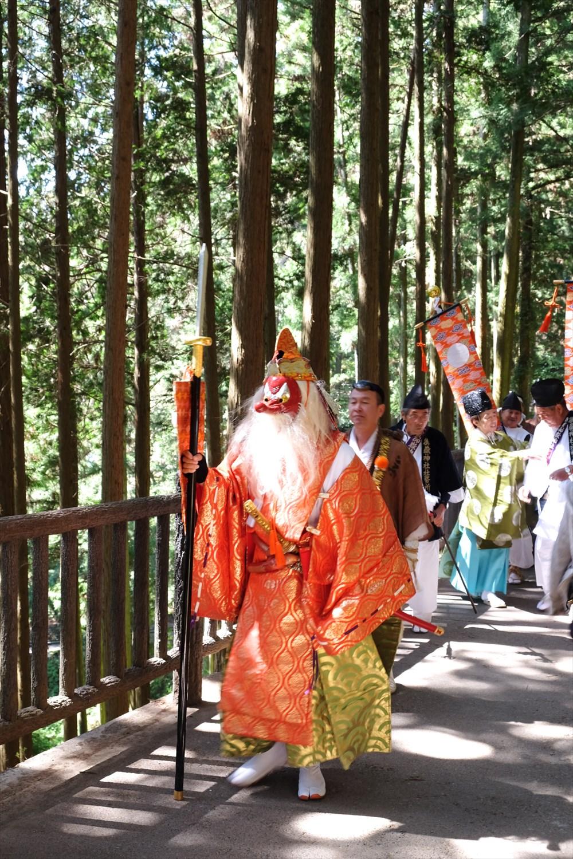 毎年5月8日に行われる日の出祭の行列。