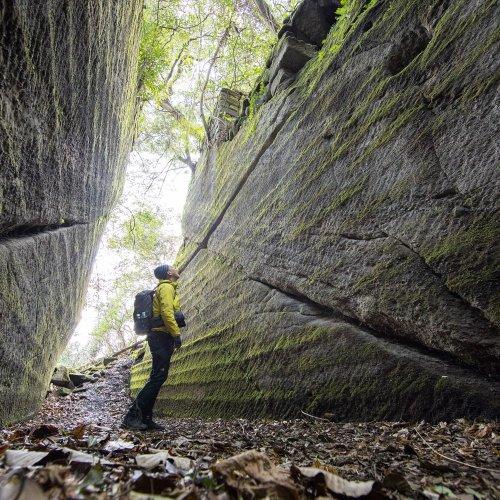 人気の鋸山極上コース! 岩に染み入るツルハシの音を感じながら……【登山後の酒場&温泉付き】