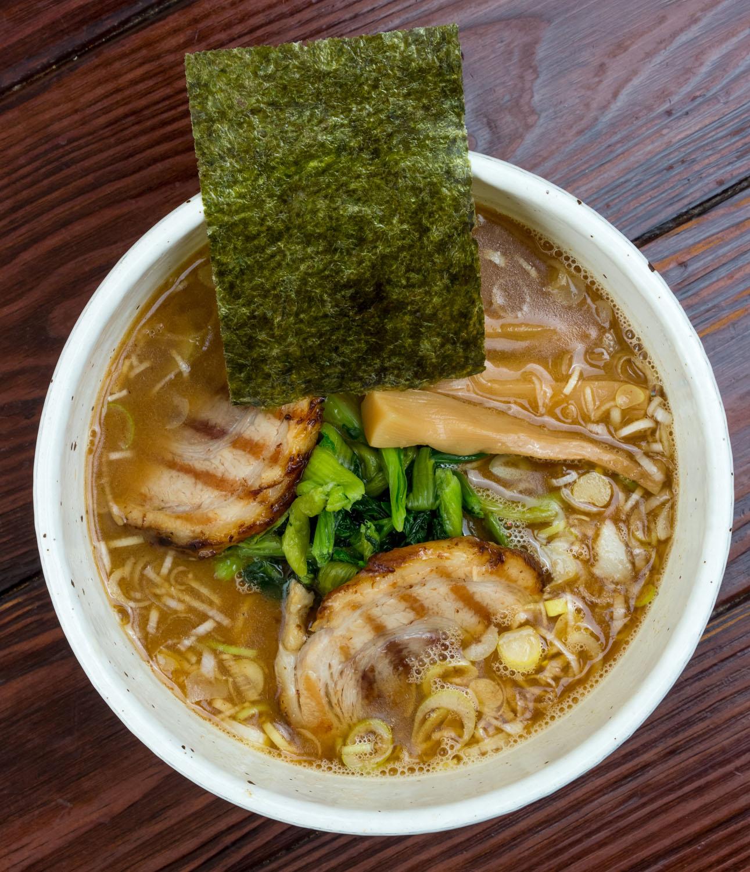 麺は3種を使い分け。徳そばは細めの麺をアルデンテで提供。